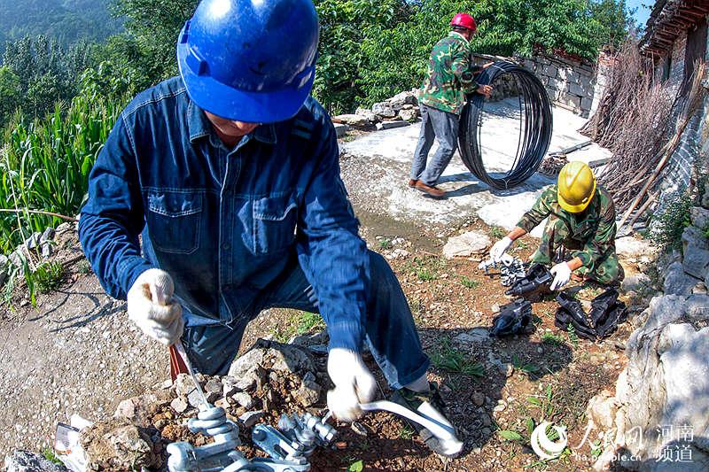 河南辉县:改造旧电路 山民有了新希望(图)